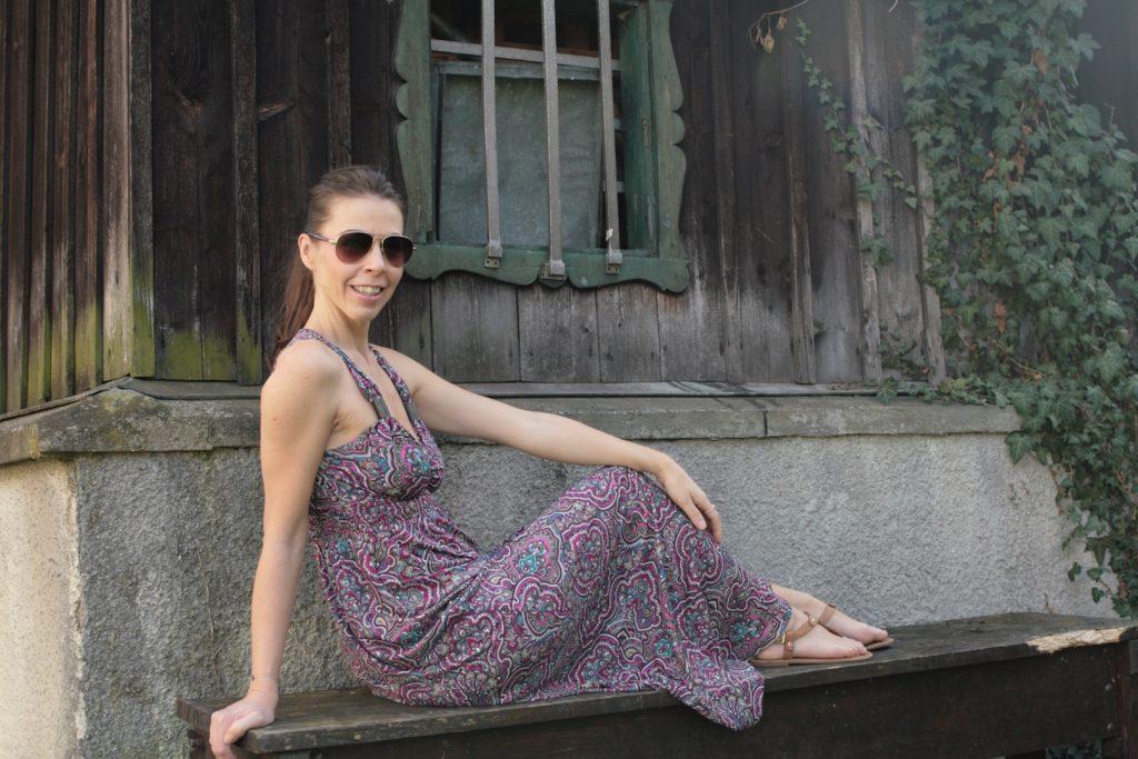 Sandalen und Sonnenbrille zum Maxikleid im Hippie-Look tragen