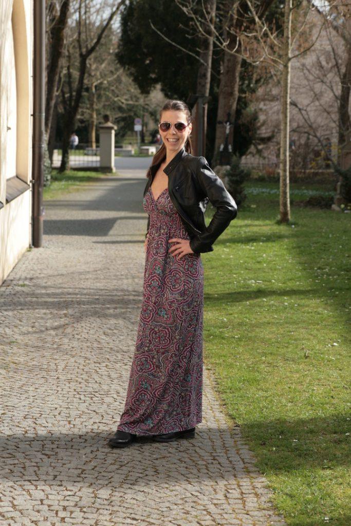 Ein Maxikleid im Hippie-Look passend zur schwarzen Lederjacke