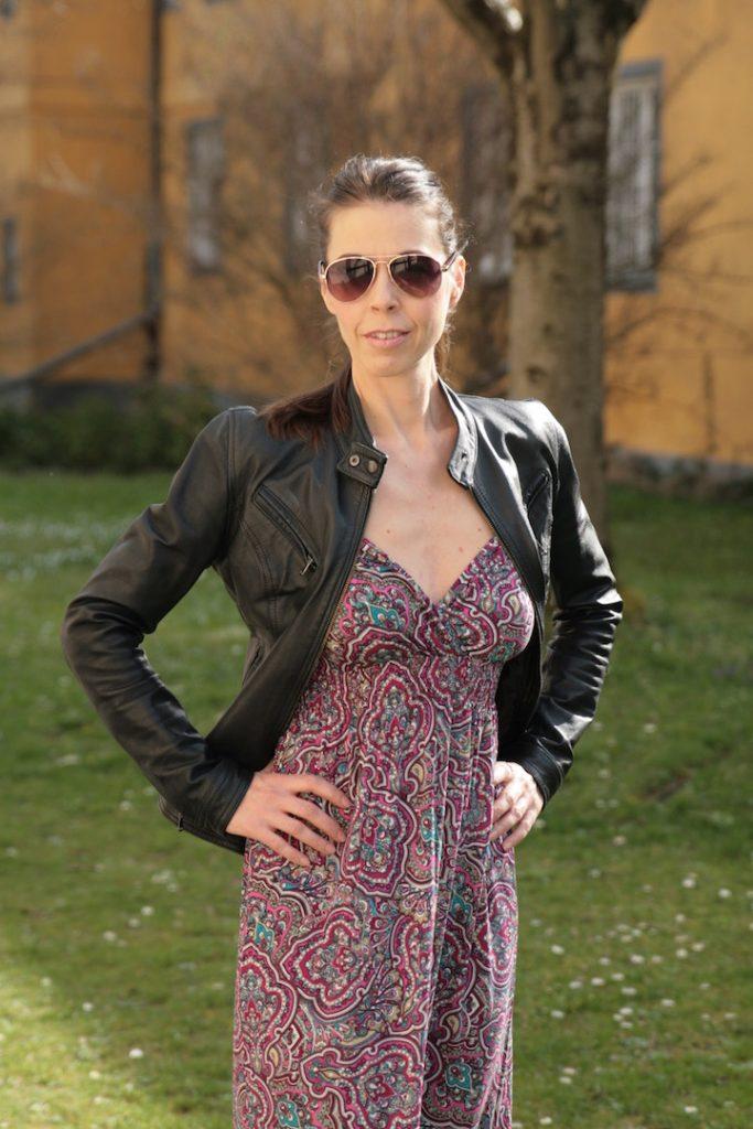 Maxikleid im Hippie-Look zur Sonnenbrille und Lederjacke kombinieren