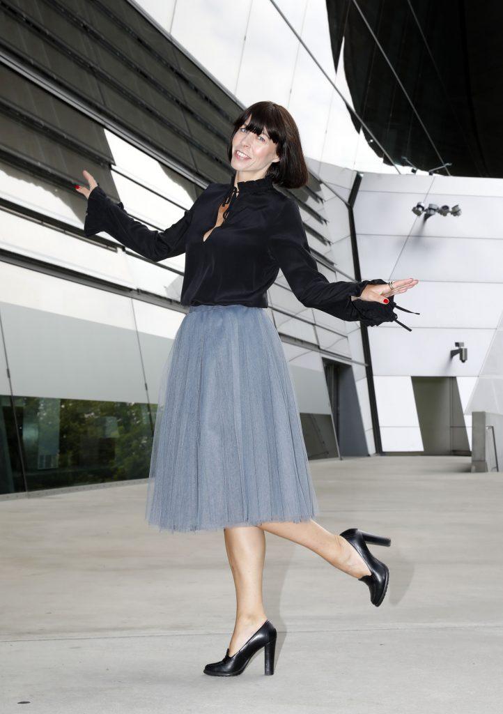 Tüllrock stylen mit schwarzer Bluse und Pumps