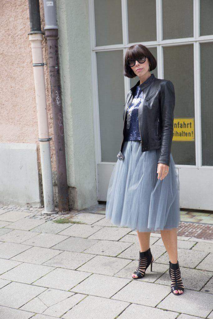 Schwarze Lederjacke und Pailettenshirt zum Tüllrock stylen