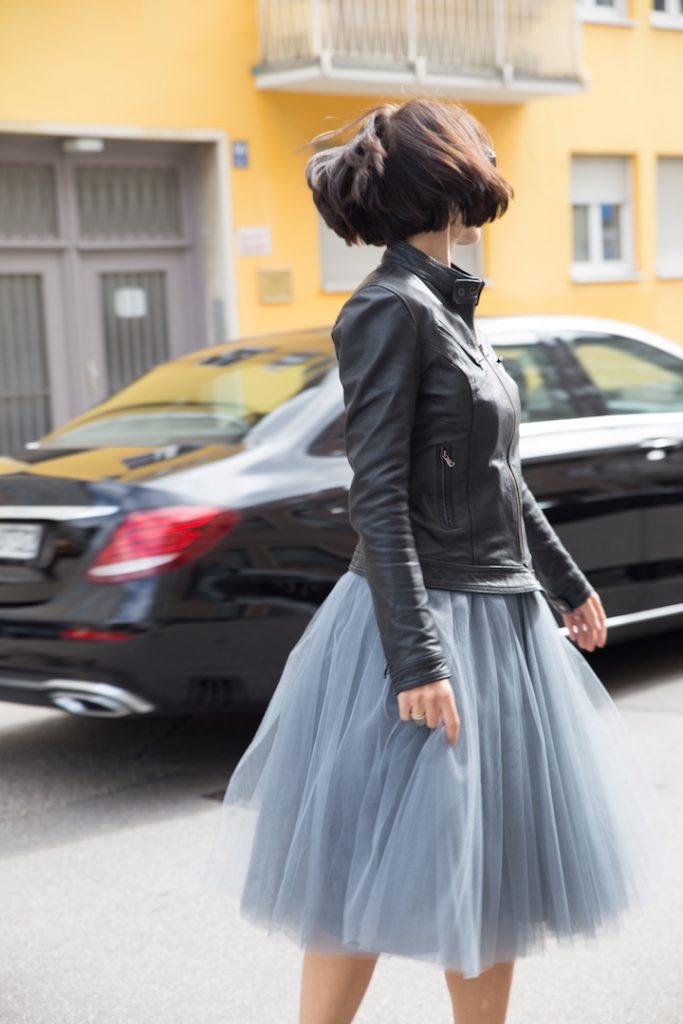 Schwarze Lederjacke zum Tüllrock stylen