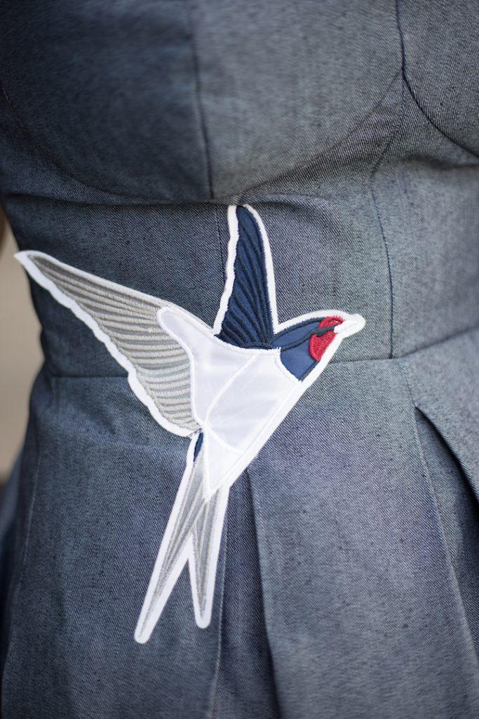 Vogel auf einem Jeanskleid