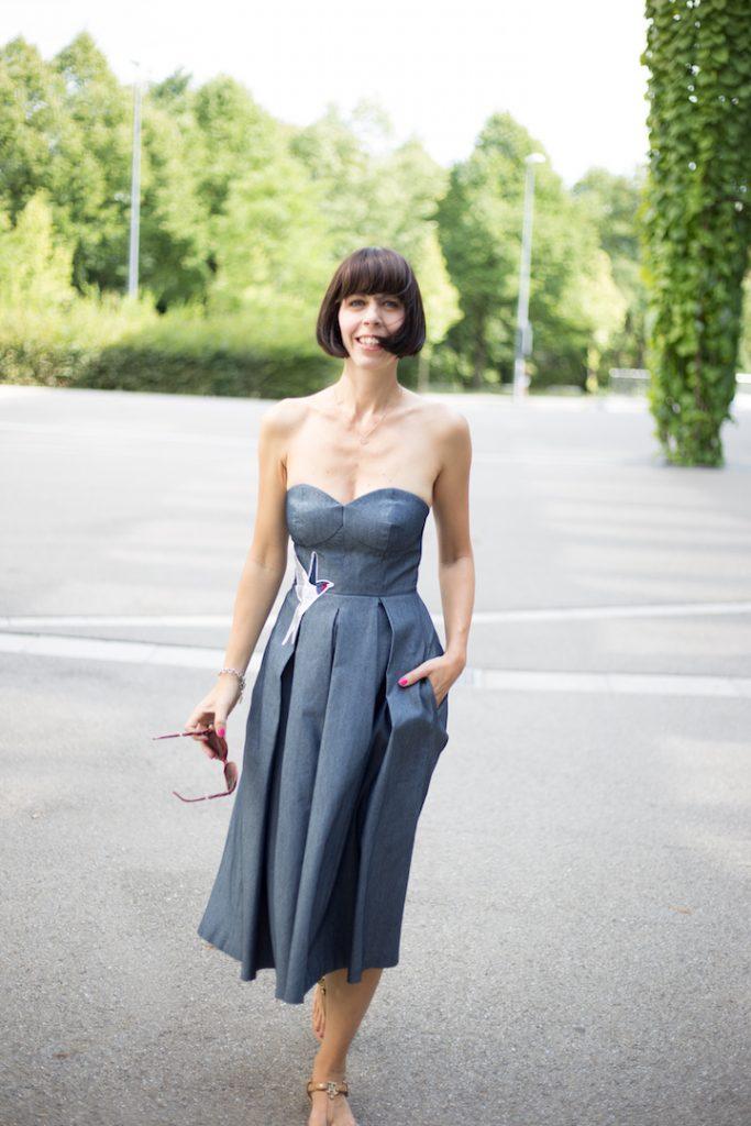 Jeanskleid im Streetstyle