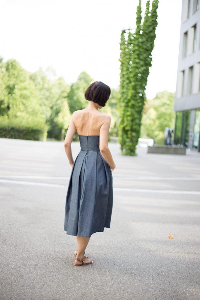 Frau mit Kurzhaarfrisur und Jeanskleid