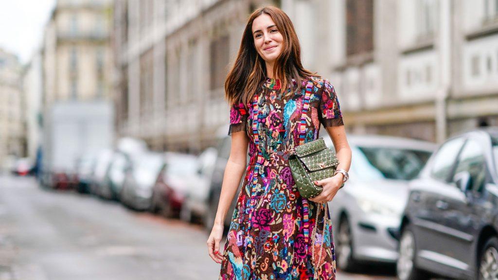 Frau mit farbigem Kleid in der Instyle
