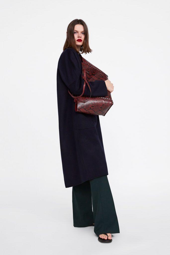 Blauer langer Mantel mit grüner Marlenehose und rotem Shoppen