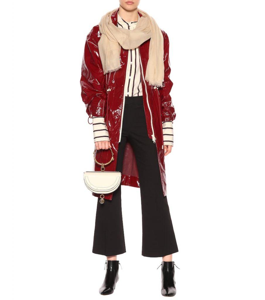 Rote Lackjacke mit Schal und Culotte und Clutch und gestreiftem Hemd