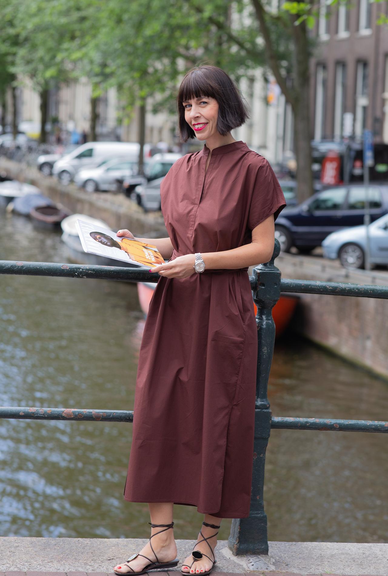 Frau stehend am Kanal in Amsterdam - Trendfarbe Braun kombinieren - Das neue Schwarz