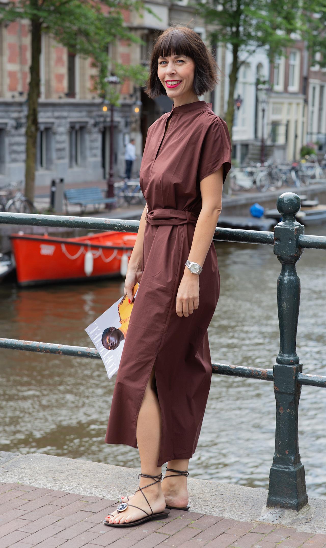 Braun ist das neue Schwarz die Trendfarbe 2019 - Frau mit Kleid in der Farbe Braun