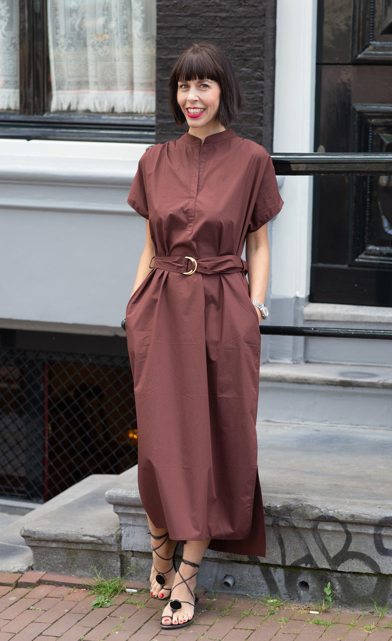 Trendfarbe Braun kombinieren - Frau mit Longbob und einem Sommerkleid in der Farbe Braun