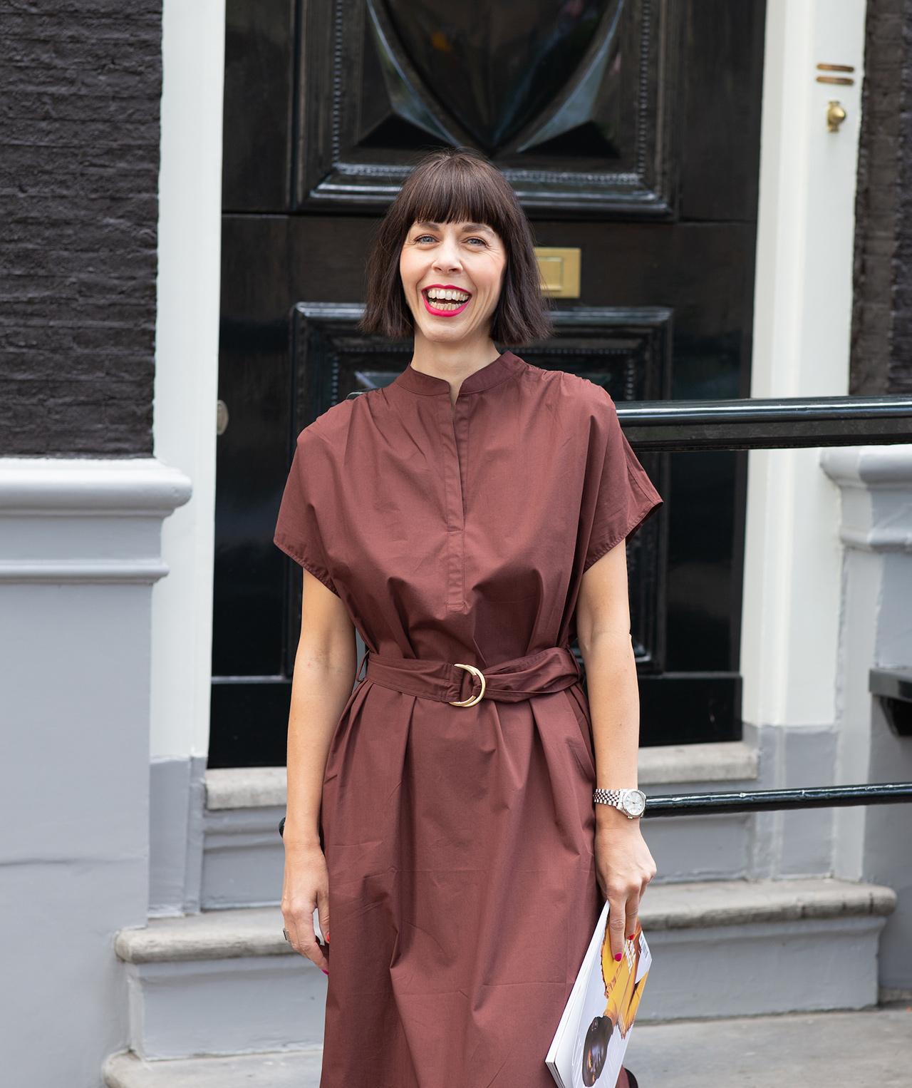 Frau mit rotem Lippenstift und Trendfrisur und der Trendfarbe Braun kombiniert