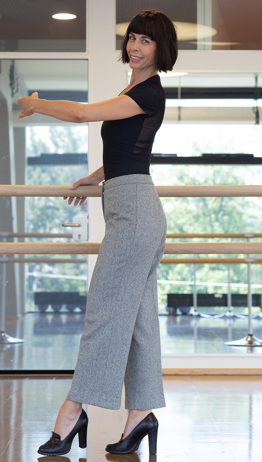Frau mit Longbob in Culotte und Blockabsatzschuhe - Shapewear für deine Haltung
