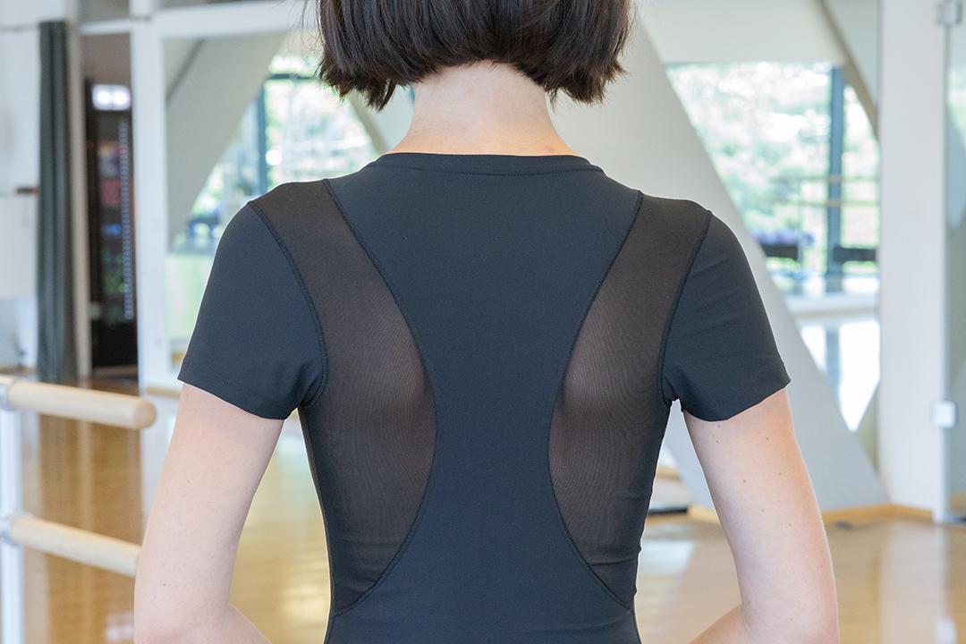 Frau mit schwarzem T-Shirt beim Ballett - Shapewear für deinen Rücken und pusht deine Haltung