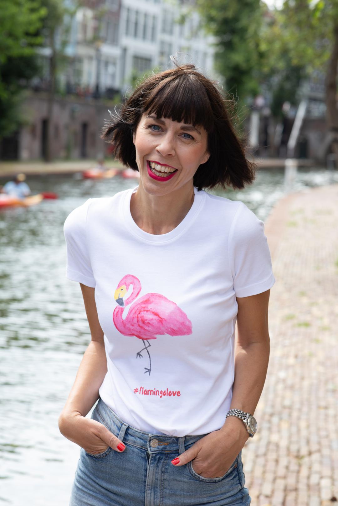 Mein eigenes T-Shirt habe ich designt - Frau mit weißem T-Shirt mit Flamingo