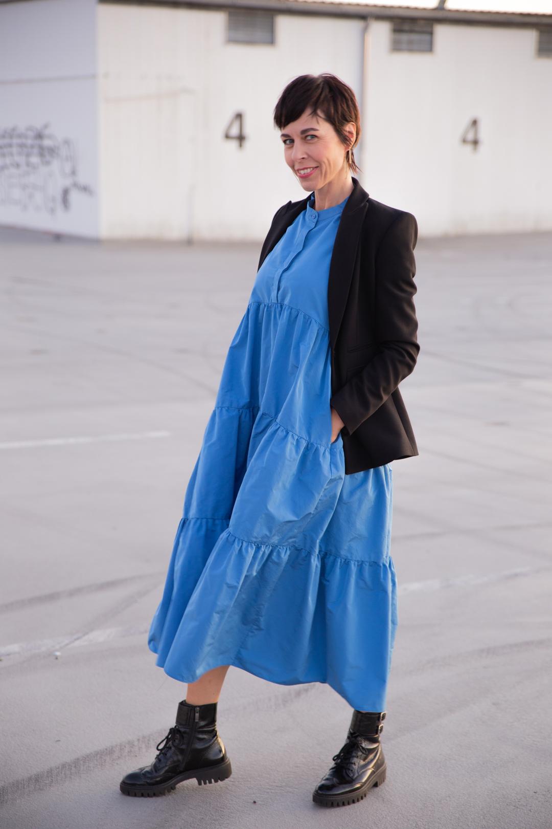 Trendfarbe Herbst 2019 Royalblau - Frau mit Hemdblusenkleid