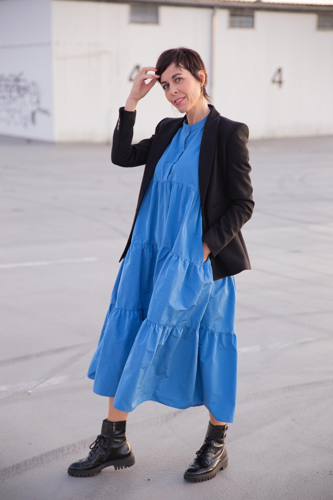 Frau mit Blusenkleid in der Trendfarbe Royalblau Herbst 2019