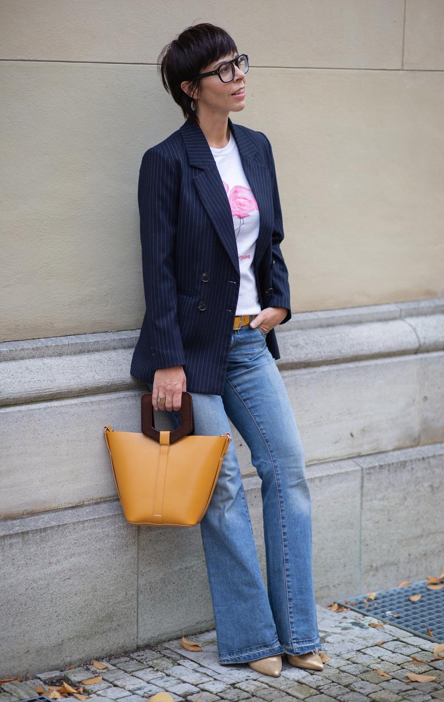 Frau mit Jeanshose und blauen Blazer