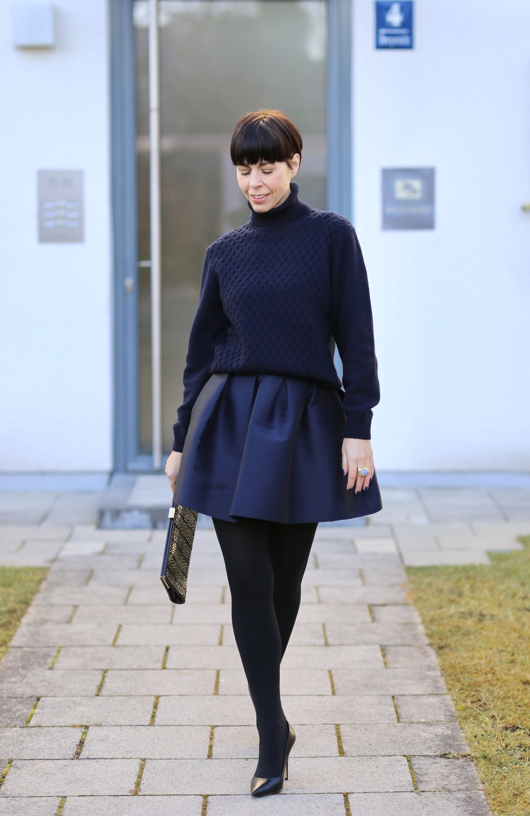 Frau mit dunkelblauem Outfit im Streetstyle