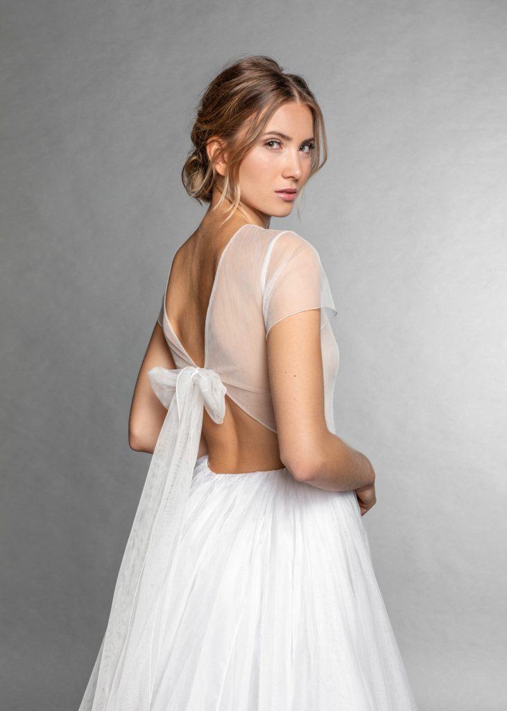 Blonde Frau mit natürlichem Make up und einem weißen Brautkleid
