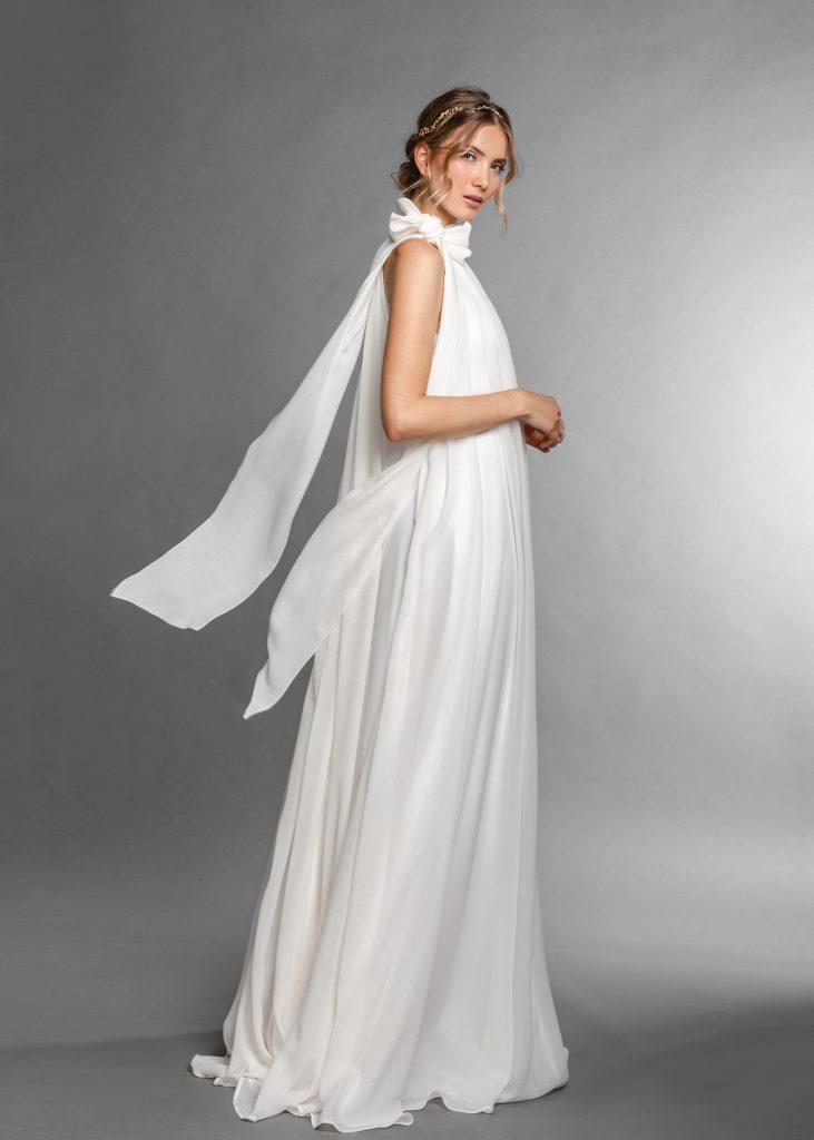 Ein wallendes Brautkleid mit feinem fallenden Stoff an einer Frau mit blondem Haar