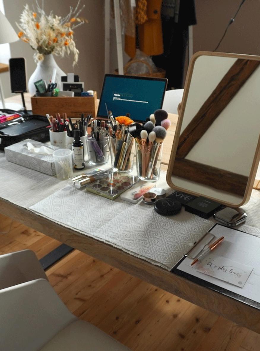 Ein Schminkplatz mit Spiegel, Make-up, Pinsel für ein Beautycoaching