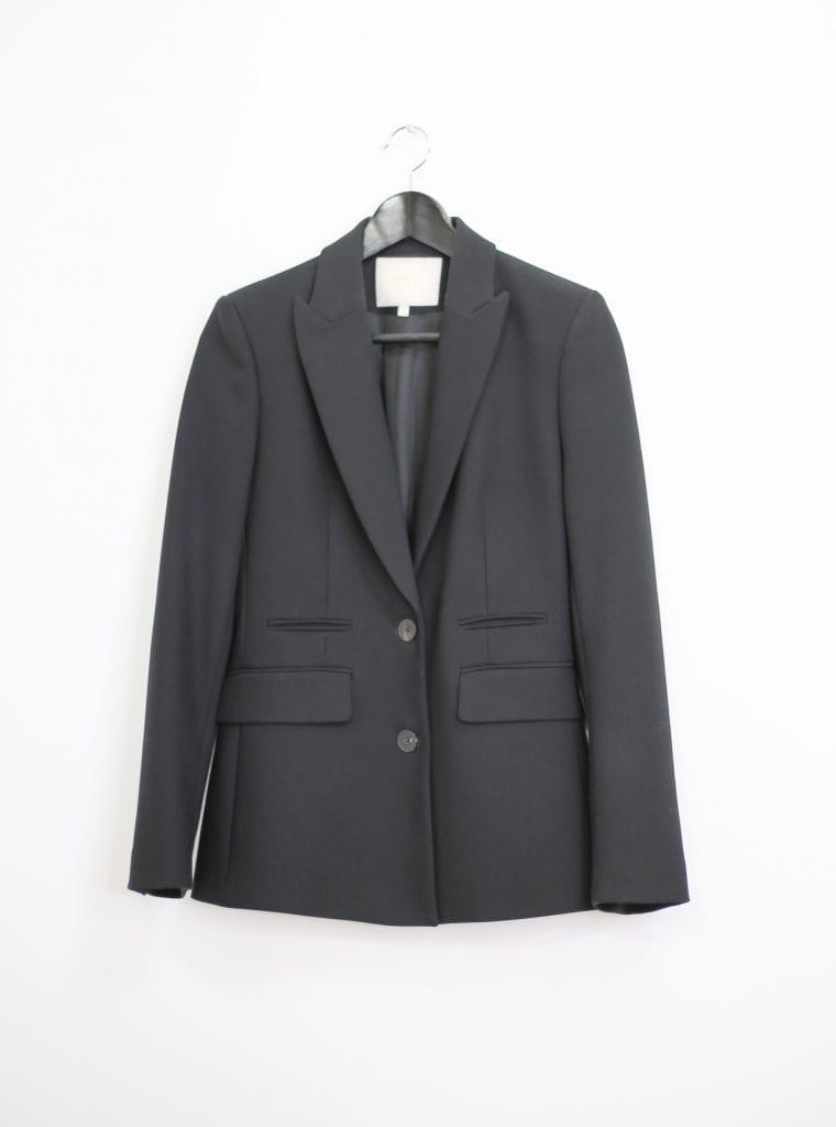 Ein Produktfoto mit einem schwarzen taillierten Blazer