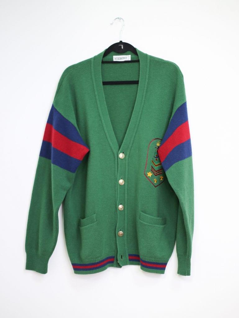 Ein Produktfoto mit einer grünen Oversized Wollweste Strickjacke