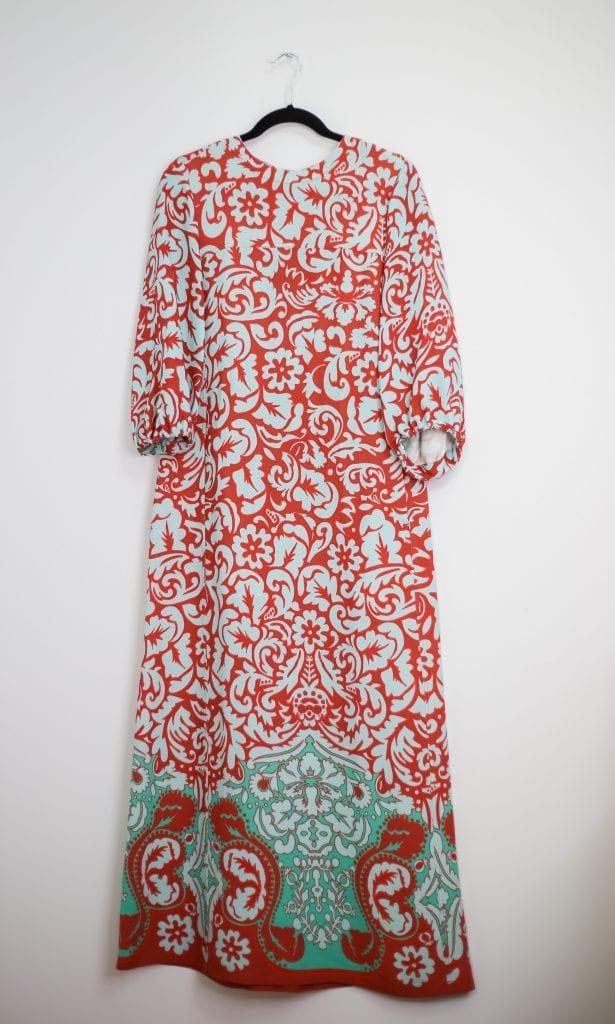 Ein Produktfoto mit einem Maxikleid mit Paisley Muster in bunt