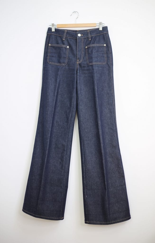 Ein Produktfoto mit einer Schlaghose in Jeans im Stil von Jane Birkin