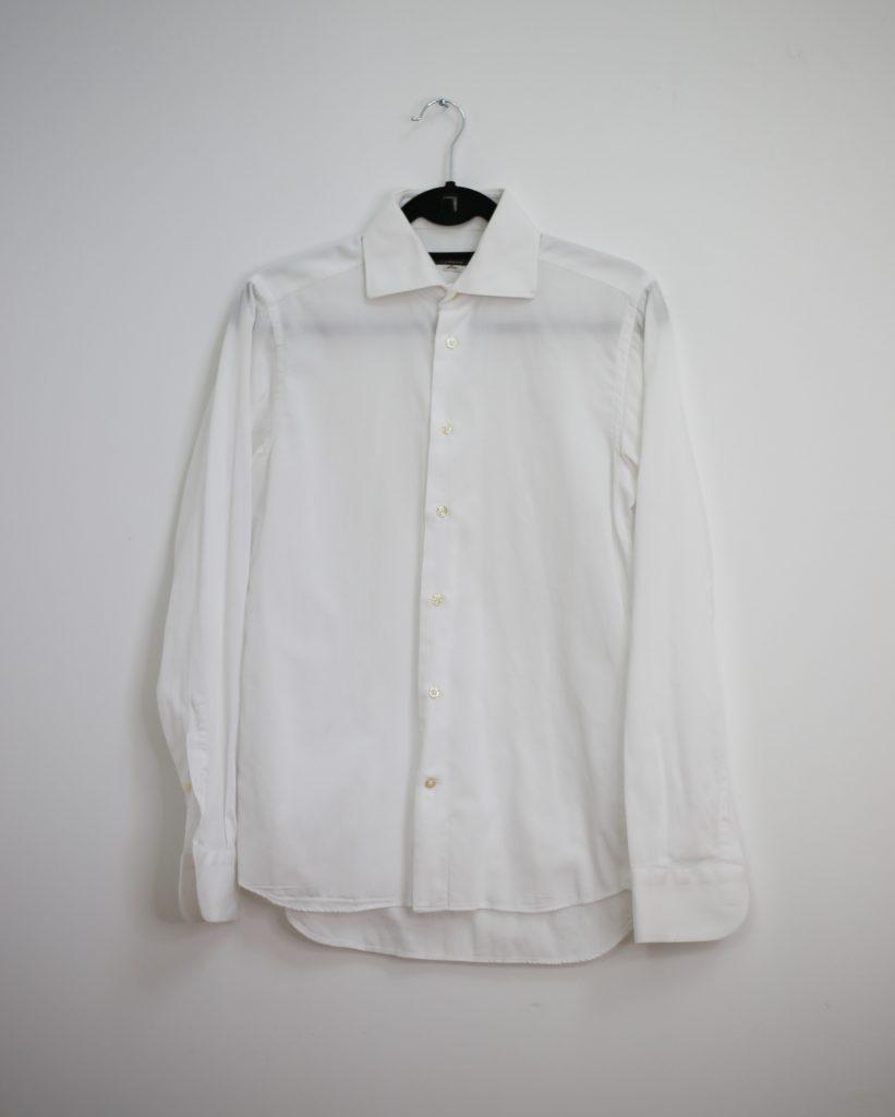 Ein Produktfoto mit einem weißen Männerhemd