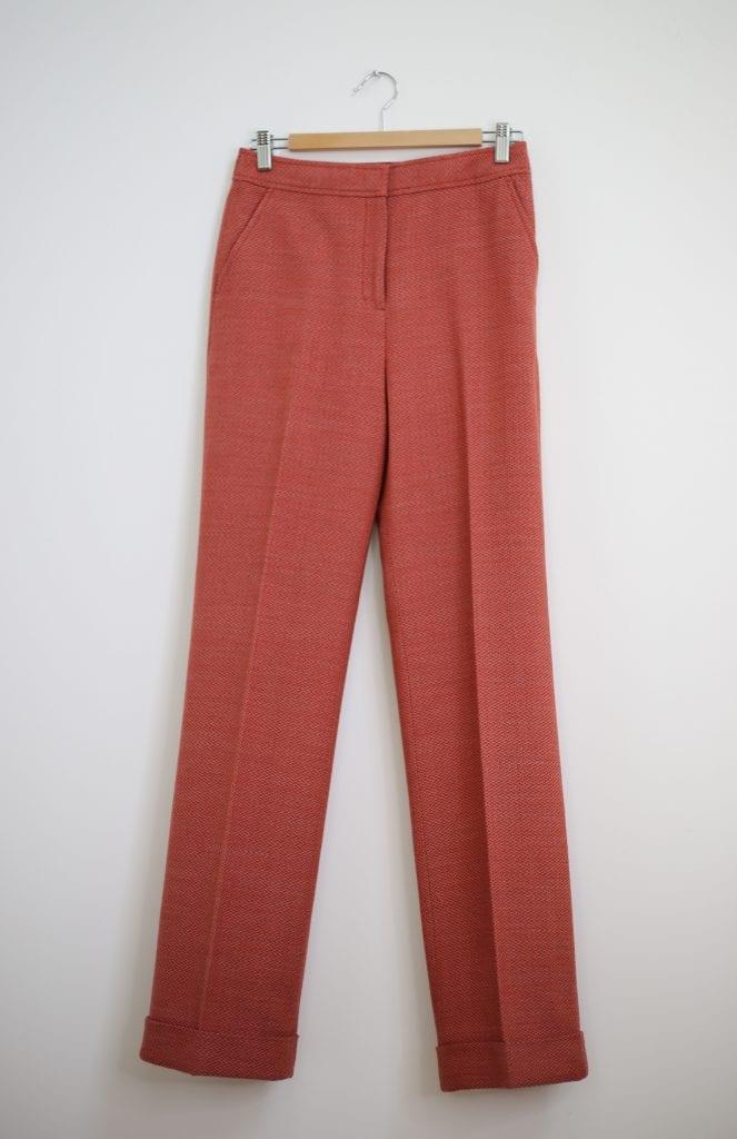 Ein Produktfoto mit einer Anzugshose mit Aufschlag im 70er Jahre Stil in Himbeerfarben