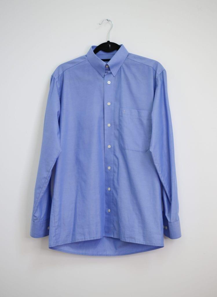 Ein Produktfoto mit einem blauen Männerhemd