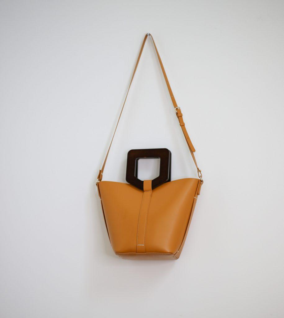 Ein Produktfoto mit einer senfgelben Umhängetasche