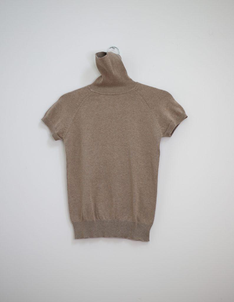 Ein Produktfoto mit einem Rollkragen Pullover in braunbeige mit kurzen Ärmeln