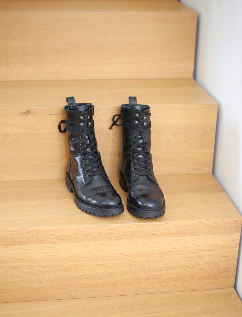 Ein Produktfoto mit schwarzen Schnürstiefeletten