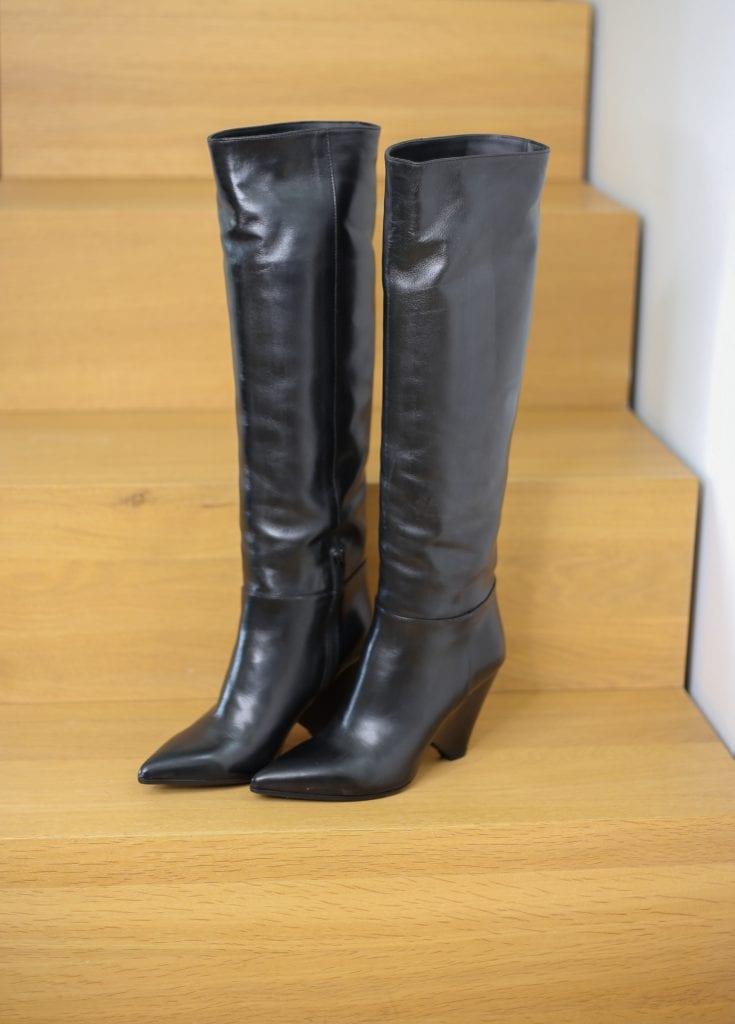 Ein Produktfoto mit schwarzen hohen Stiefel im Stil von Isabel Marant