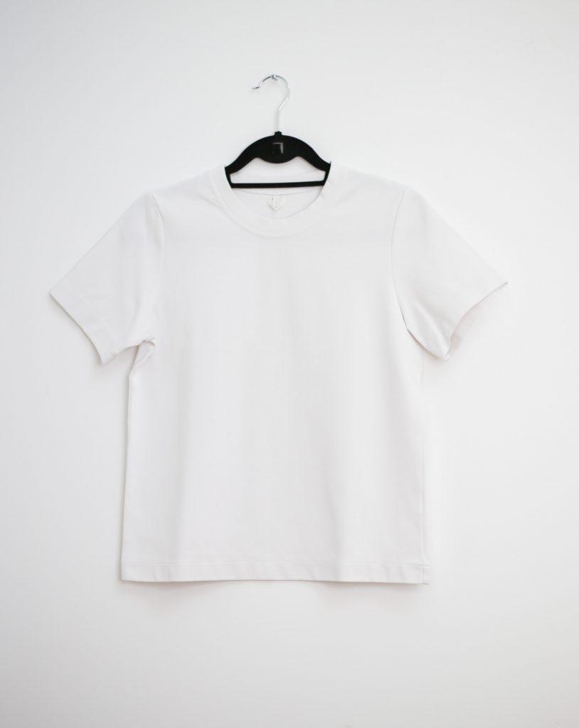 Ein Produktfoto mit einem klassischen weißen T-Shirt