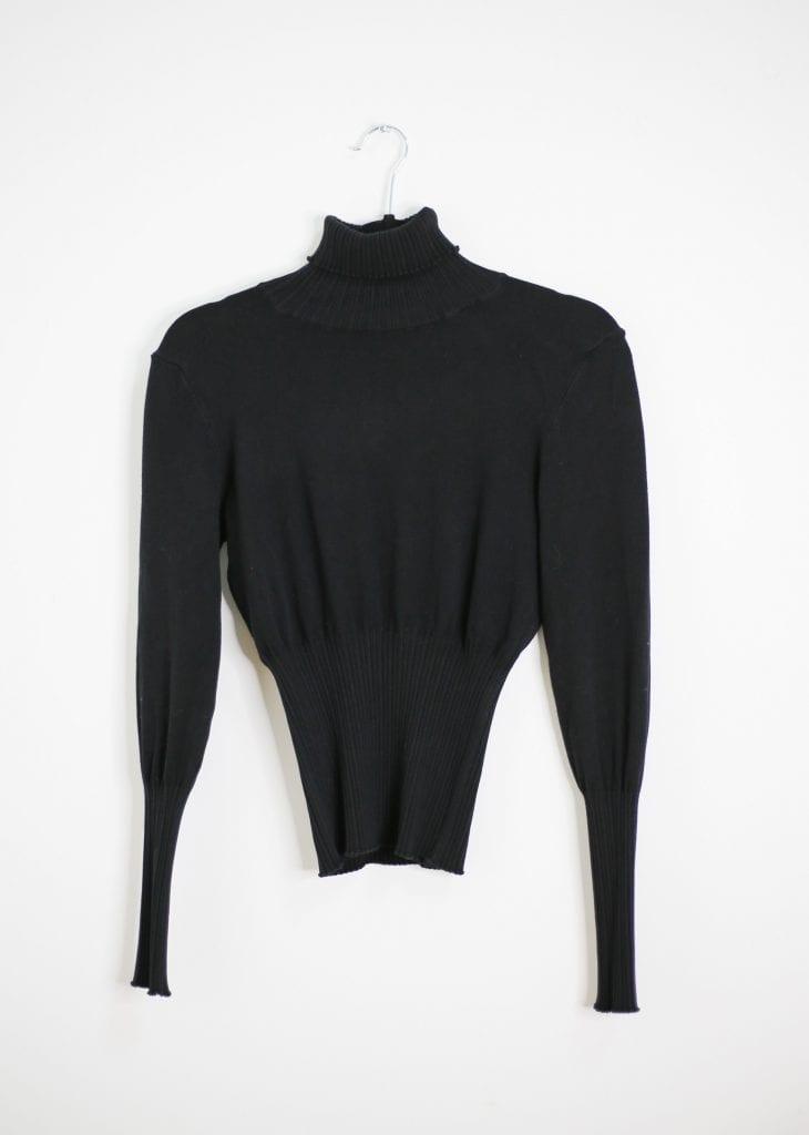 Ein Produktfoto mit einem schwarzen Rollkragen Pullover