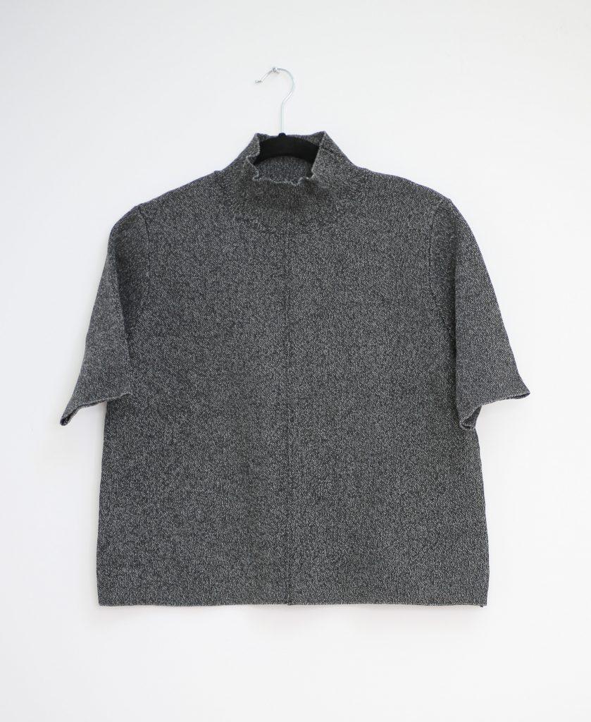 Ein Produktfoto mit einem graumellierten Rollkragen Pullover mit kurzen Ärmeln