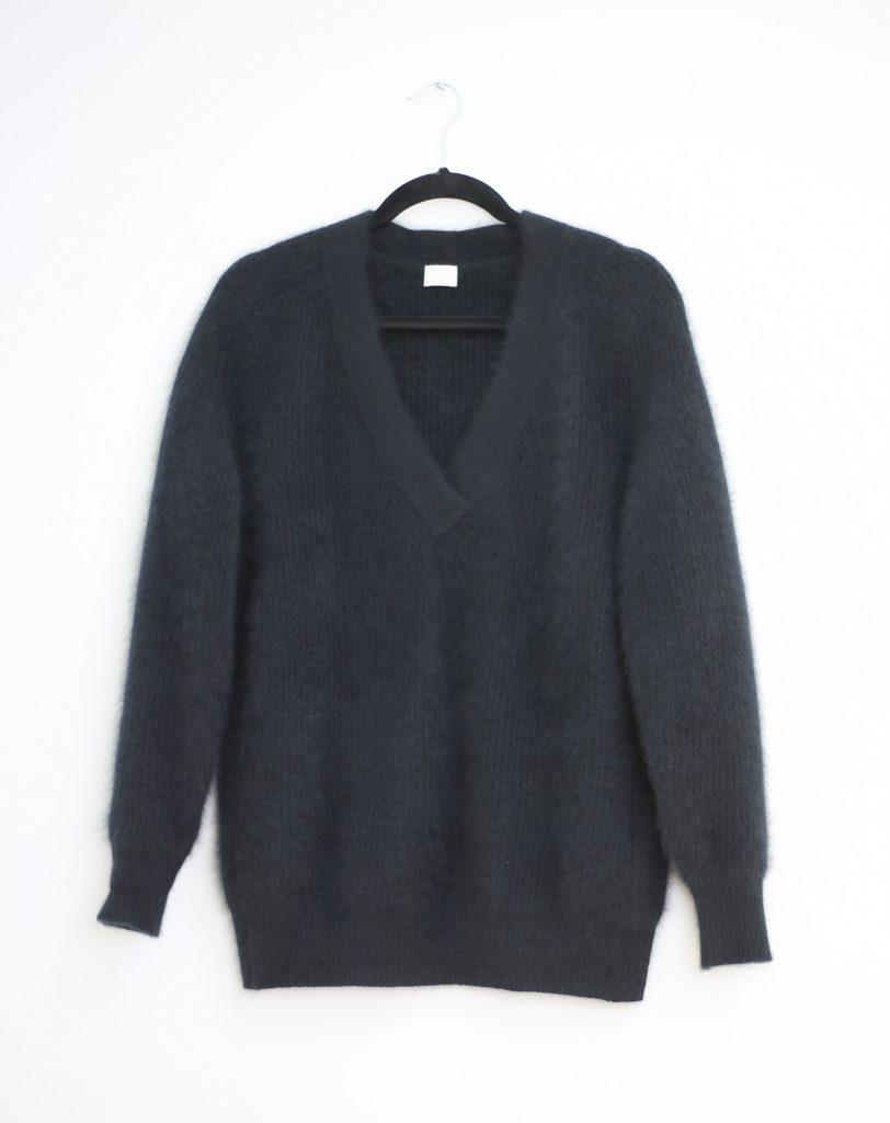 Ein Produktfoto mit einem schwarzen Mohair Pullover
