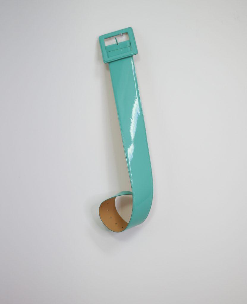 Ein Produktfoto mit einem türkisfarbenen Taillengürtel
