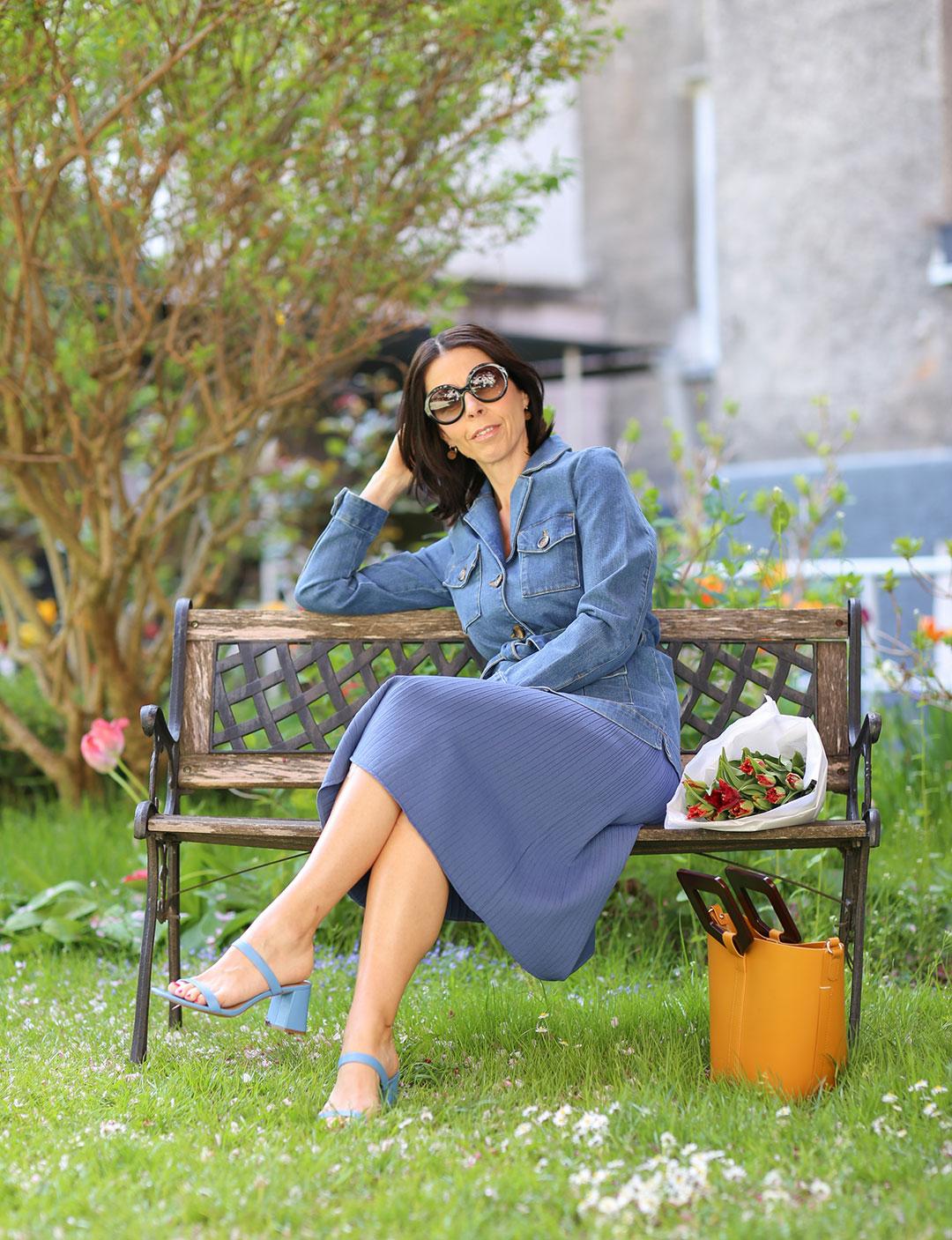 French Chic Frau mit Longbob in schwarz mit einem blauen Kleid im French Look